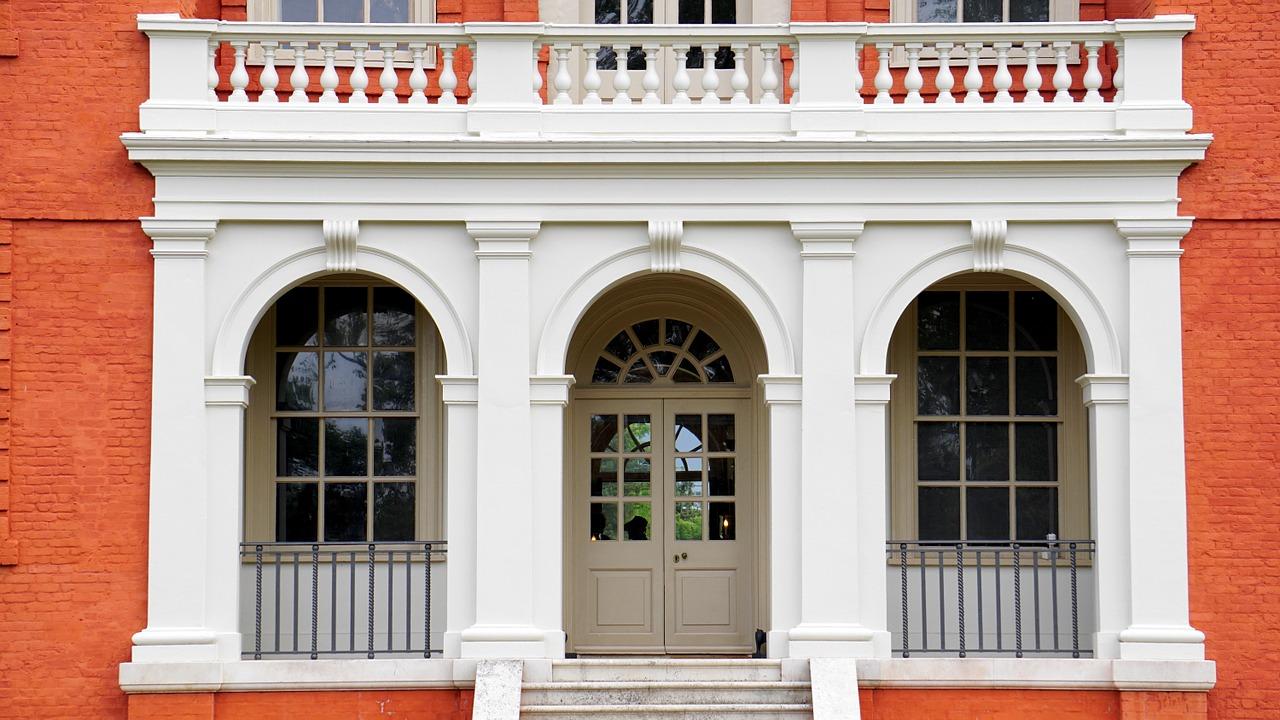 Les portes semi-vitrées sont esthétiques et laissent entrer de la lumière.