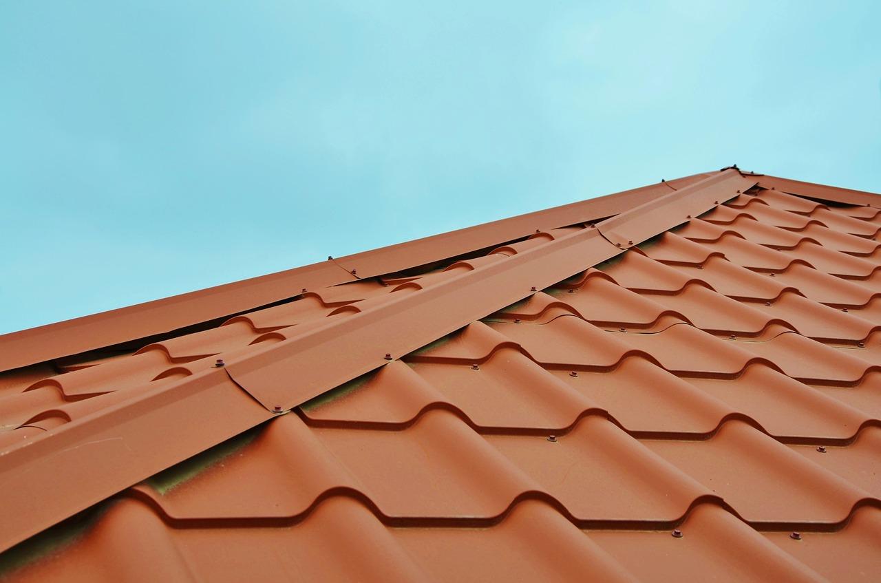 Vous avez le choix entre différents matériaux pour votre toiture : tuiles, ardoises, shingle, acier,...